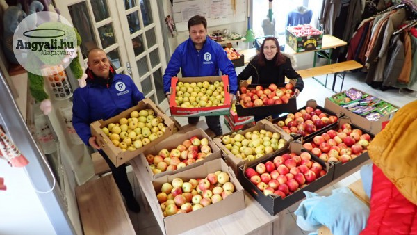Egy tonna almát kaptak rászorulók