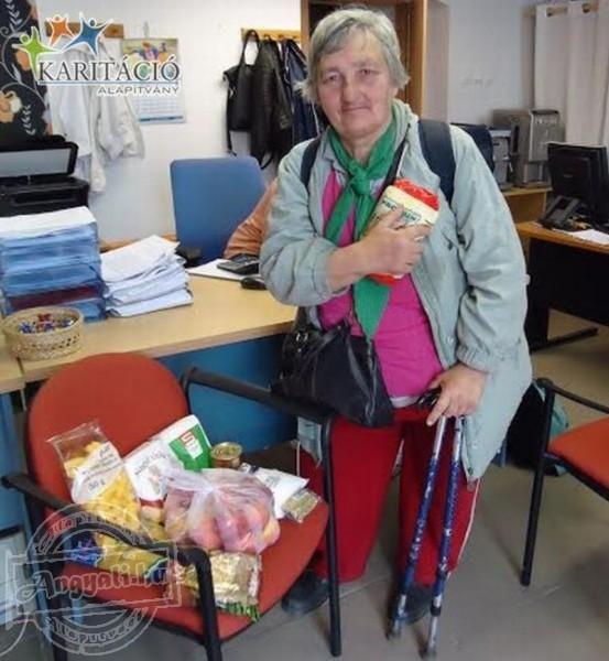 Élelmiszert oszt rászorulóknak a Karitáció Alapítvány