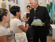 A Csibész Alapítvány gyermekeit ajándékozta meg könyvekkel a Mátrix Alapítvány