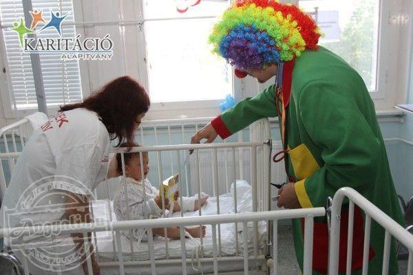 A Bohócdoktorok meglátogatták a nagybeteg piciket a gyermek intenzíven