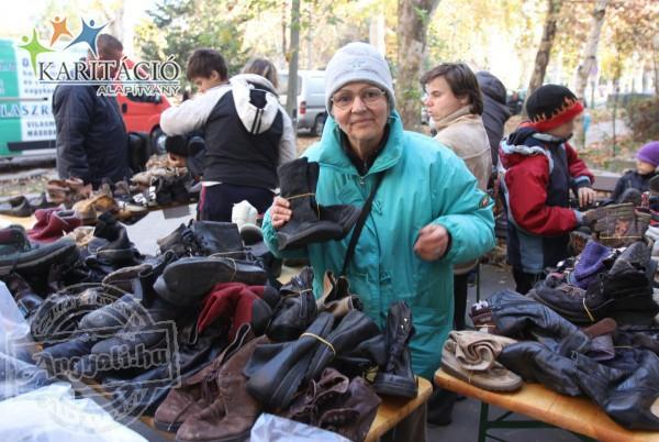 Adományosztás, cipőt kaptak nélkülöző embertársaink