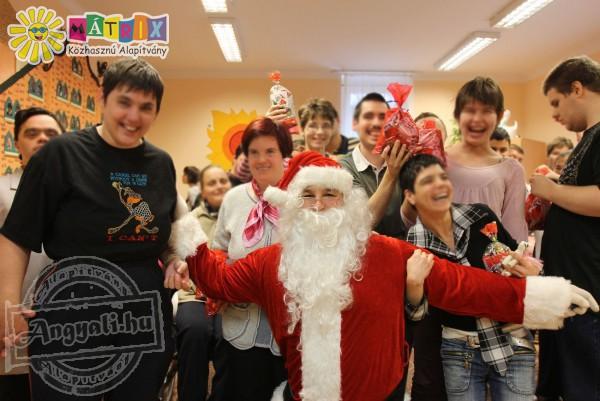 Adventi szeretetcsomagok osztása - ezer gyermek számára vittünk ajándkokat