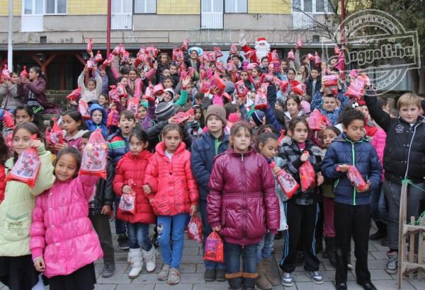 Ajándékot vitt rászoruló gyerekeknek a segítő Mikulás