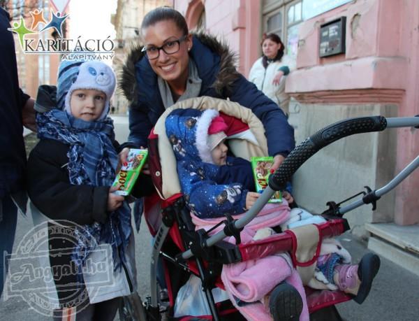 Az élelmiszerosztáson a gyerekek külön kaptak finomságokat