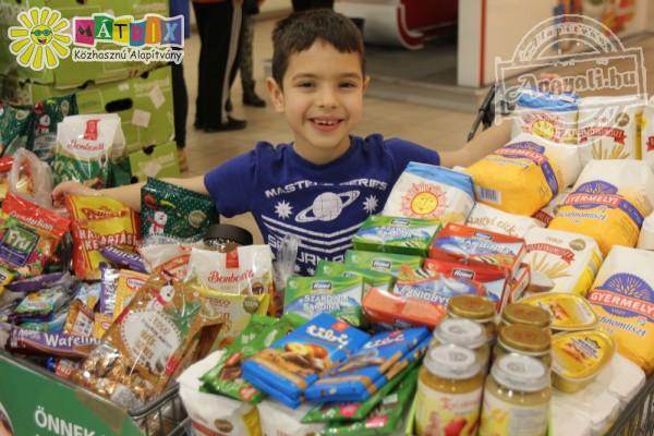 Élelmiszer adomány gyűjtés - sok segítő önkéntessel