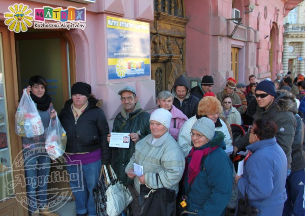 Élelmiszerosztás - 250 ételcsomag került családokhoz, idősekhez