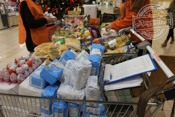 Élelmiszert gyűjtöttünk az Élelmiszer Bankkal