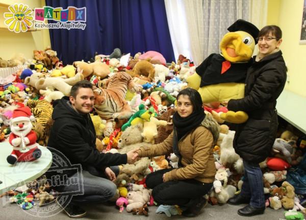 Plüssmaci adományok az adventi ünnepekre, nélkülöző gyerekeknek