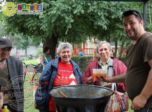 Tarjás lecsót főzött és osztott jótékonysági céllal a Mátrix Alapítvány