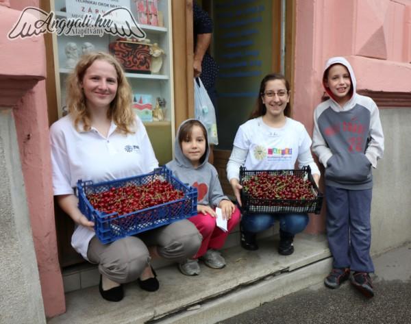 Gyümölcsosztást támogattunk